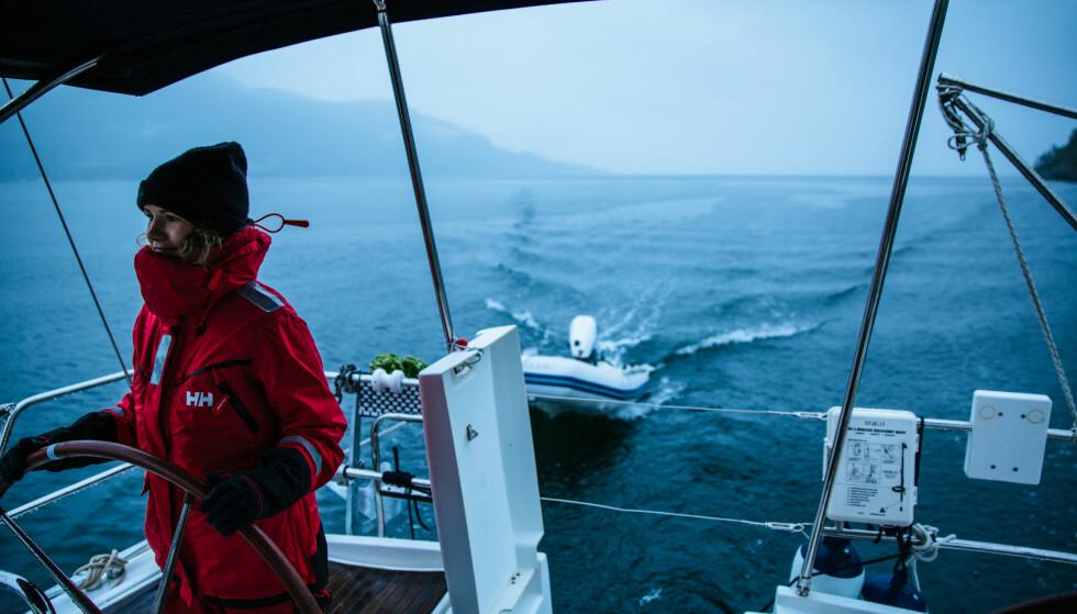 PRØVER Å LÆRE: Hverken Nicole eller Sam er erfarne seilere, men de søker kunnskap og lærer mer for hver dag som går. FOTO: Privat