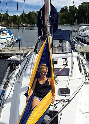 TRIVES I BÅTEN: Nicole kan anbefale livet på sjøen til andre som har de samme interessene (Foto: Privat)