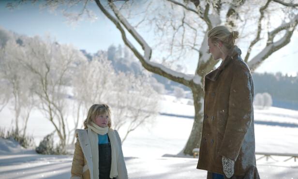 VINTERIDYLL: Deler av filmen er spilt inn på Gran på Hadeland. Synnøve Macody Lund spiller mot ni år gamle Ebba Steenstrup. Foto: Another World Entertainment Norway AS