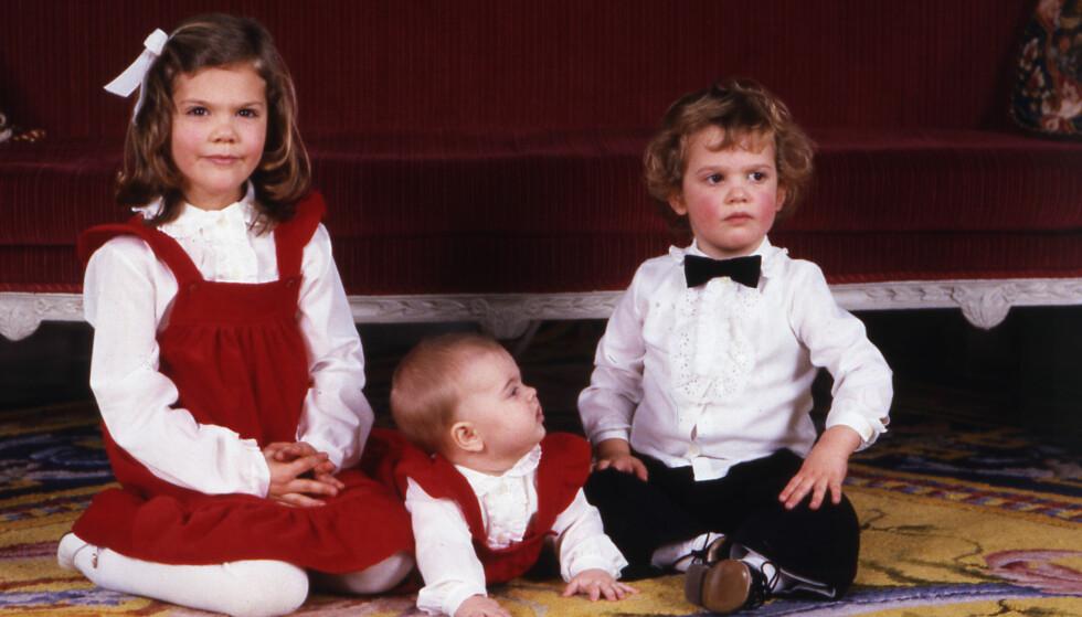 DEN GANG DA: Prinsesse Estelle har riktignok litt lysere hår enn mamma Victoria, men ellers ser de helt like ut! Dette bildet er fra 1982, og kronprinsesse Victoria er like gammel som det Estelle er i dag. Til høyre er prins Carl Philip og i midten er prinsesse Madeleine. Foto: NTB Scanpix