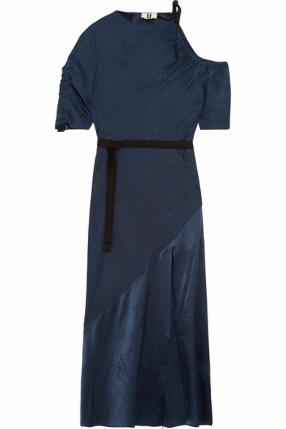 Kjole fra Topshop via Net-a-porter.com |3090,-| https://www.net-a-porter.com/no/en/product/904216/topshop_unique/lambeth-cutout-silk-jacquard-midi-dress
