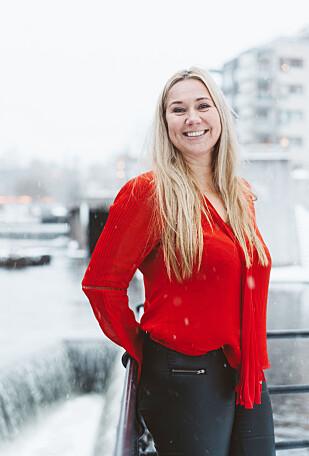 SITTER UTE BLANT FOLKET: Tine Austvoll Jensen har droppet privatkontor for å sitte ute i det åpne kontorlandskapet sammen med sine ansatte. Foto Håkon Jørgensen