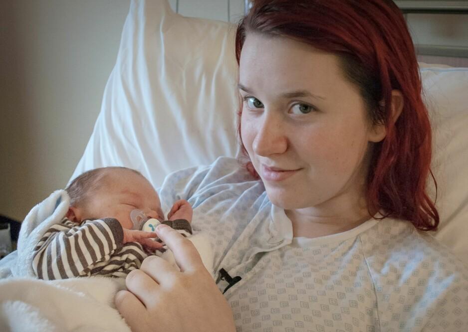 UNG MAMMA: 16 år gamle Tonje hadde med seg foreldrene sine da hun fødte sønnen Tom Frederik. Foto: FEM