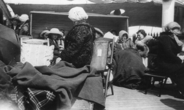 I TRYGGE HENDER: Flere kvinner som hadde overlevd skipsforliset samlet seg på dekket til skipet RMS Carpathia- Søsterskipet plukket opp flere av Titanic-passasjerene. Foto: NTB Scanpix