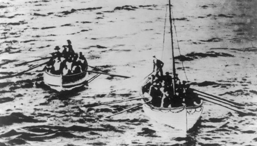 LIVBÅTER: To av livbåtene på vei mot skipet RMS Carpathia - som tok imot de som hadde sluppet unna skipsforliset med livet i behold. Det er ukjent hvilket nummer denne livbåten hadde. FOTO: NTB Scanpix
