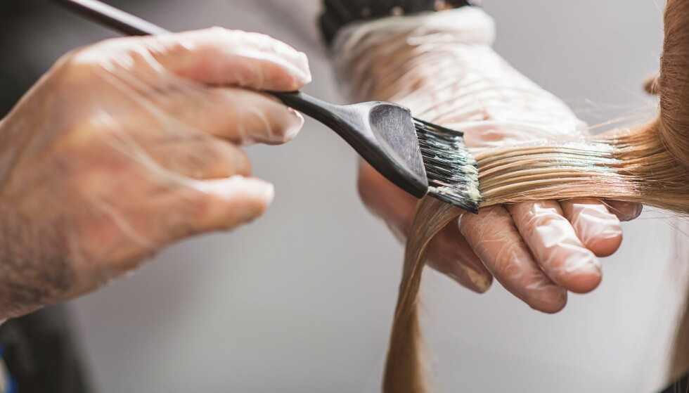 FARGE HÅRET: Velg hvordan du vil farge håret - hør med frisøren om de ulike teknikkene og prisene. FOTO: NTB scanpix
