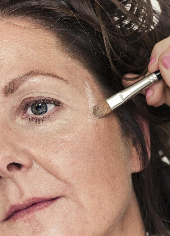 3. Highlighter på kinnbeina og under øyebrynene gir løft og glød til ansiktet.