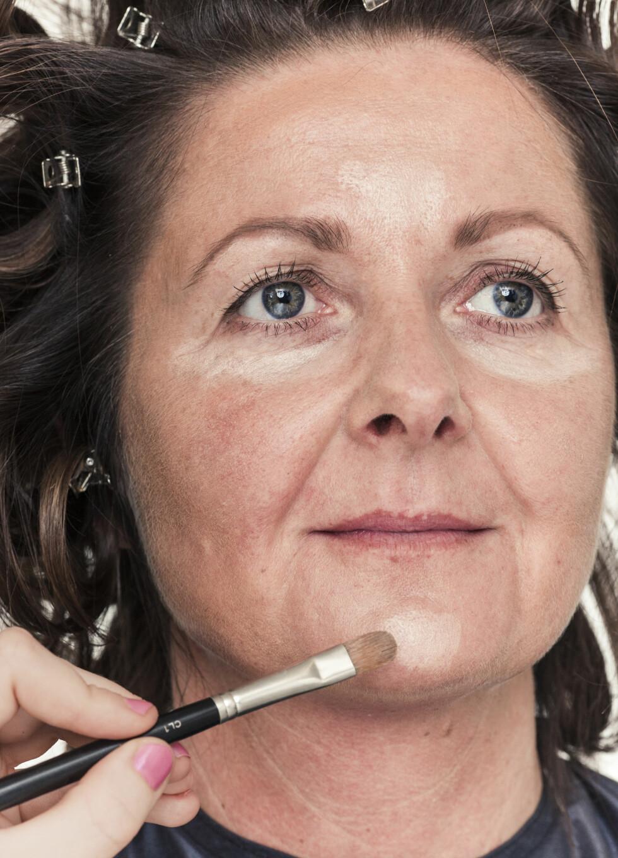 2. Mørk foundation legges for åmarkere trekkene i ansiktet. Også her må du duse ut for åfå en naturlig skygge.