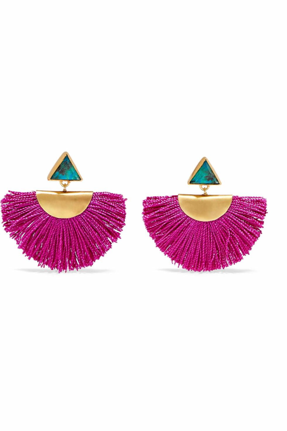 Øredobber fra Katerina Makryianni via Net-a-porter.com |2440,-|https://www.net-a-porter.com/no/en/product/1011035/Katerina_Makriyianni/fringed-gold-vermeil-chrysocolla-earrings