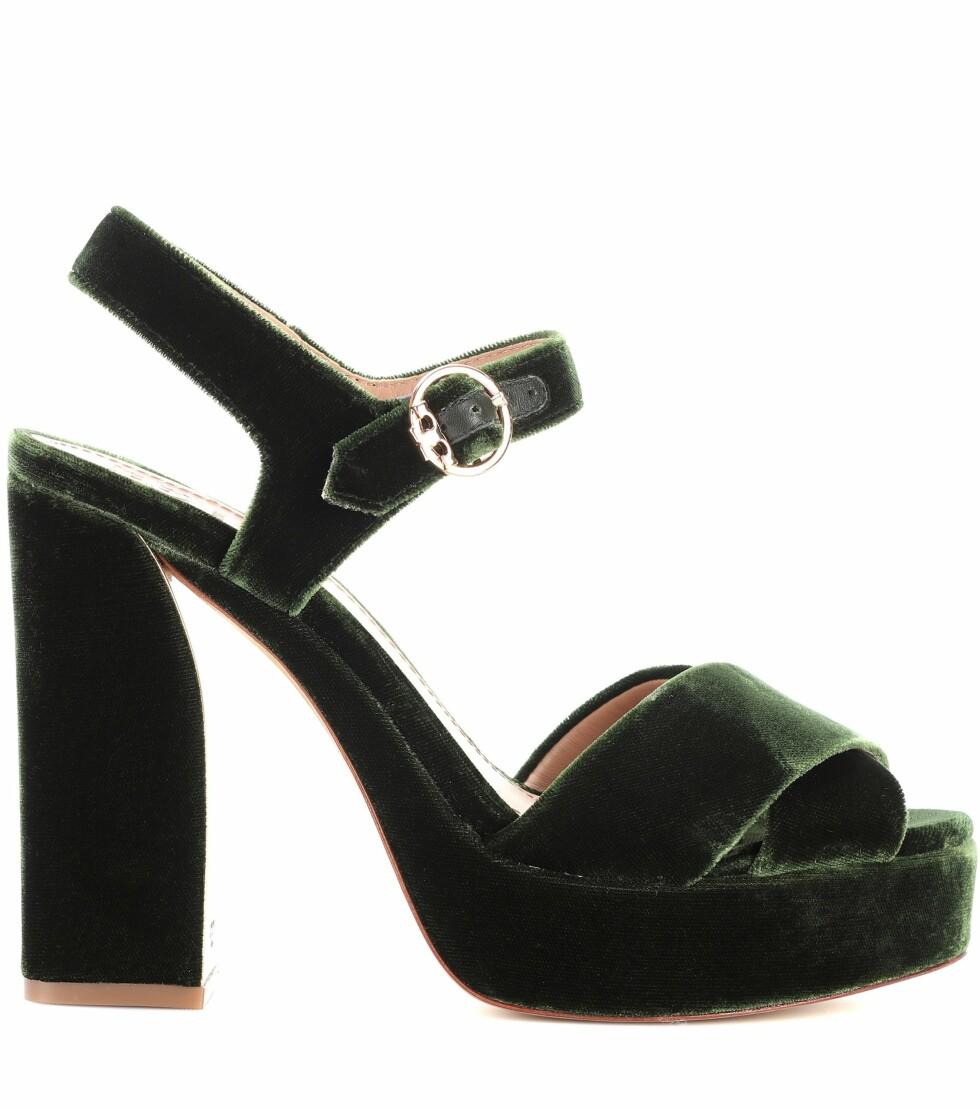 Sko fra Tory Burch via Mytheresa.com  3268,-  https://www.mytheresa.com/eu_en/tory-burch-loretta-115-velvet-plateau-sandals-849243.html?catref=category