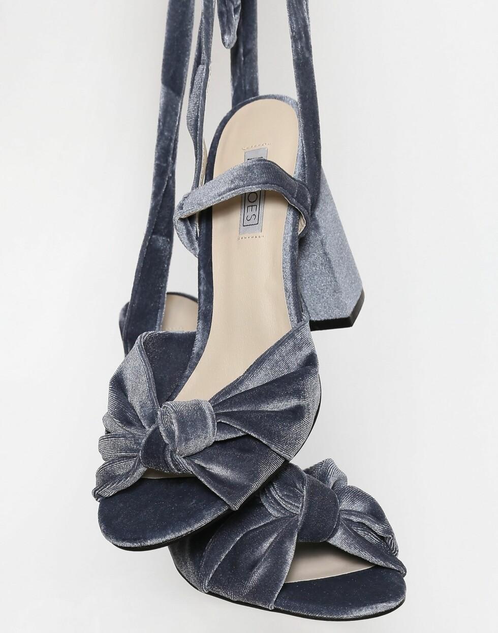 Sko fra Nelly  399,-  https://nelly.com/no/kl%C3%A6r-til-kvinner/sko/heels/nly-shoes-427/velvet-lace-heel-sandal-421176-0086/