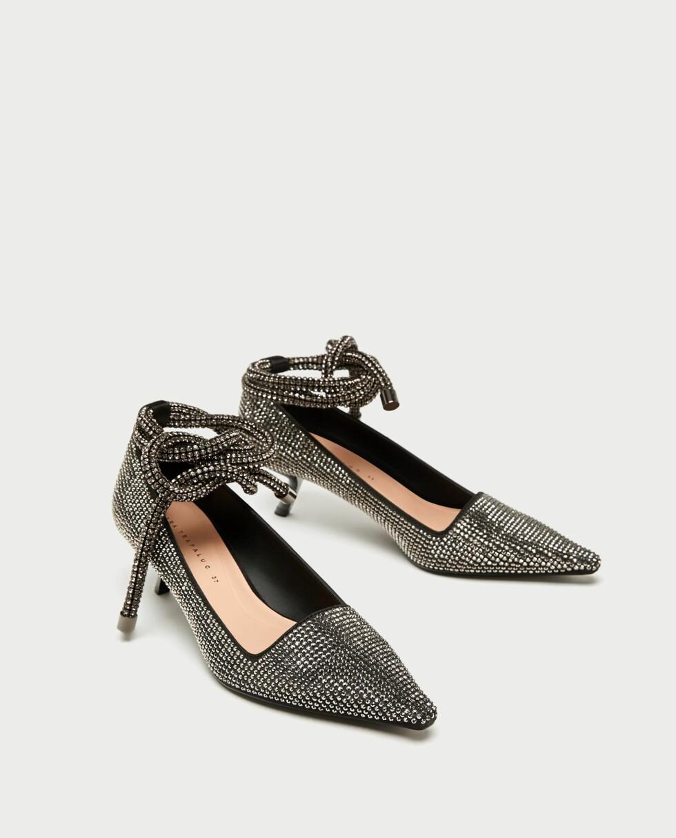 Sko fra Zara  599,-  https://www.zara.com/no/no/pumps-med-glitter-p17213201.html?v1=5141516&v2=269216