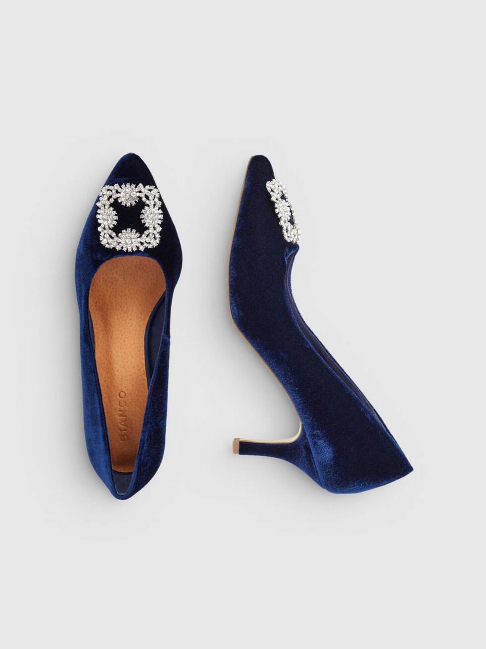 Sko fra Bianco  699,-  https://www.bianco.com/no/no/bi/til-henne/hoeye-haeler/pumps/velvet-brooch-shoes-93549529.html?cgid=bi-women-pumps&dwvar_colorPattern=93549529_NavyBlue