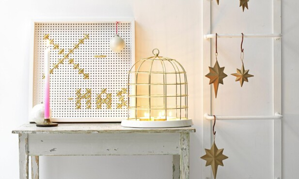 BRODERT HULLTAVLE: På tide med noen nye julefarger? Neon mot hvitt og gull er superfriskt og lekkert. FOTO: Line Kay/ Taverne Agency/ Bulls Press