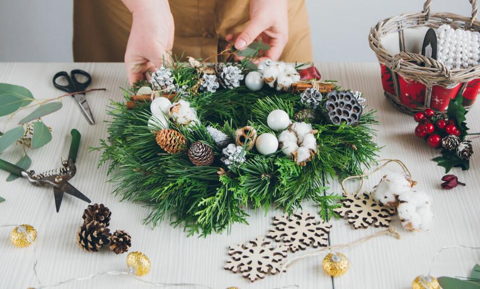 JULEVERKSTED: Her får du fem julepyntideer du kan lage selv. FOTO: NTB Scanpix