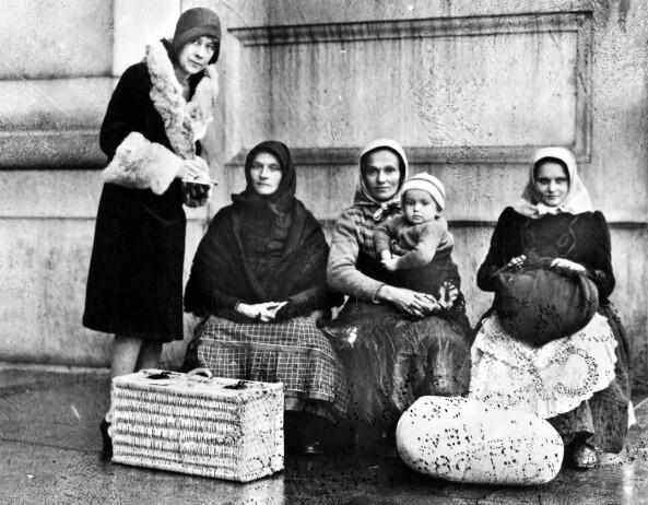 ELLIS ISLAND: Alle som emigrerte til Amerika måtte innom Ellis Island ved New York for å registrere seg, innlevere nødvendig dokumentasjon, samt få utført en helsesjekk før de fikk lov å komme inn i landet. Disse kvinnene ble fotografert på Ellis Island på begynnelsen av 1900-tallet. Det er ukjent hvor de kom fra. Foto: NTB Scanpix