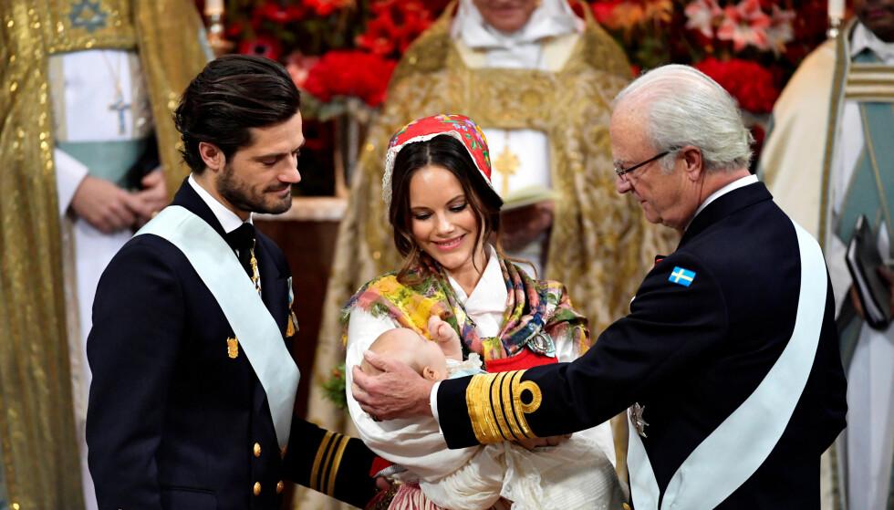 STOLTE: Prins Gabriel, hertug av Dalarna, med farfar kong Carl Gustaf og foreldrene prins Carl Philip og prinsesse Sofia under dåpen. Foto: NTB Scanpix