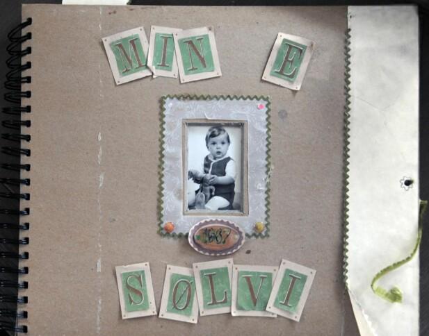 MINNEBOK: Sølvis scrapbook overlevde mirakuløst nok husbrannen. FOTO: Privat