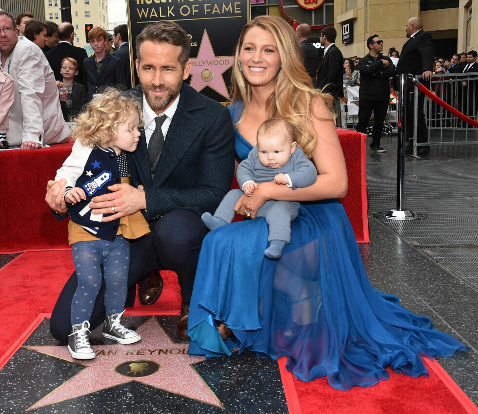 6. Blake Lively og ektemannen Ryan Renolds tok med seg de to døtrene da Ryan fikk utdelt sin egen stjerne på Hollywood Walk of Fame. Foto: NTB Scanpix