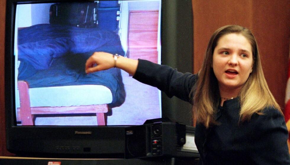 I RETTEN: Flere reagerte på at 19 år gamle Louise Woodward var kald under forklaringene i retten. - Kanskje det er det britiske i meg. Jeg forsøkte å ikke gråte for å klare å formidle sannheten, sa hun senere i et intervju med BBC-reporter Martin Bashir. FOTO: NTB Scanpix