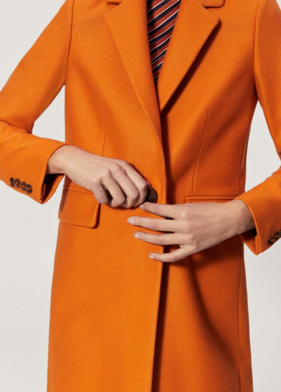 Oransje kåpe fra Mango  1399,-  https://shop.mango.com/no/damer/ytterjakker-ytterjakker/kape---_21030636.html?c=20&n=1&s=prendas.familia;2&ts=1512567025323
