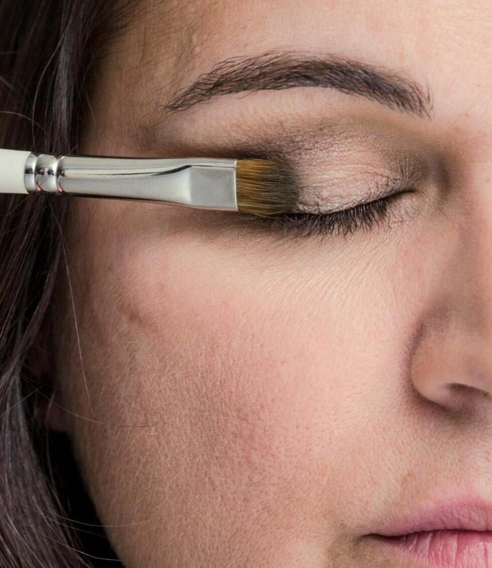 2. Ikke vær redd for å bruke litt farge på sminken. Mosegrønn skygge er for eksempel nydelig til Merethes øyne.