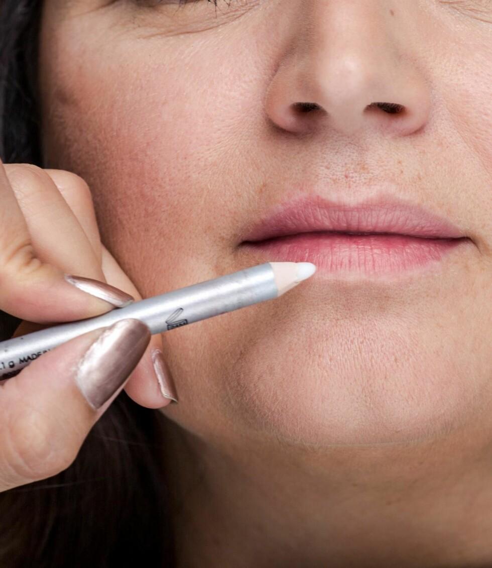 1. Få en mer holdbar leppestift ved å bruke en nøytral lipliner under. Da unngår du også at fargen blør.
