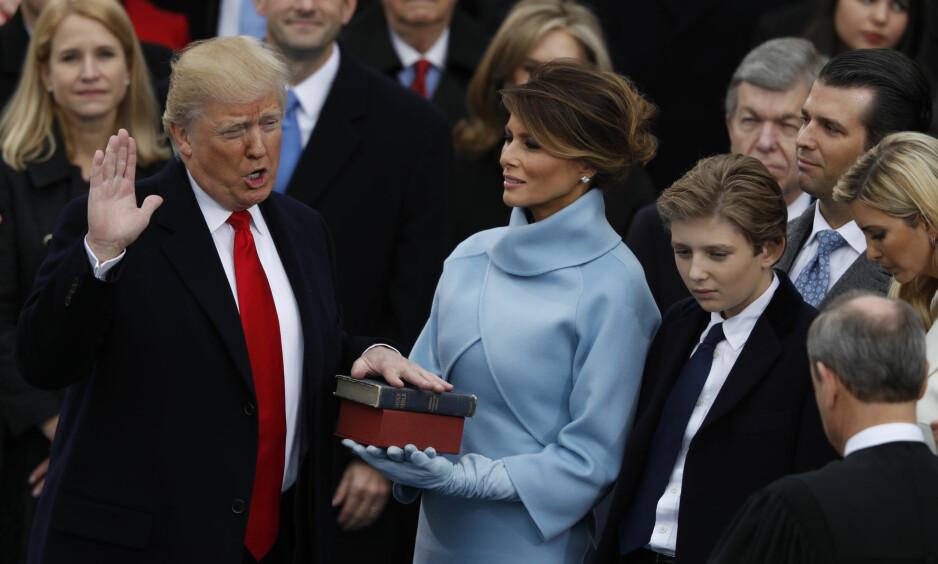 NYHETSÅRET 2017: Dette ble året hvor USA fikk Donald Trump som president. Her avlegger han ed i Washington, D.C. den 20. januar 2017. Kona Melania Trump i blått, sønnen Donald John Trump Jr. (bak t.v.), datteren Ivanka Trump og sønnen Barron Trump foran. FOTO: NTB Scanpix