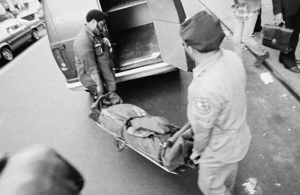 BÅRET UT: Nancy ble knivdrept på Chelsea Hotel 12. oktober 1978. Her blir liket båret ut. Hun ble bare 20 år gammel. FOTO: NTB Scanpix