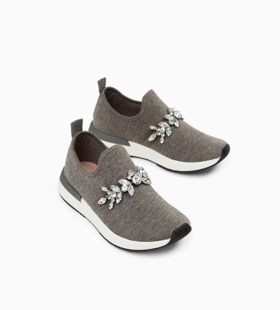 Sko fra Zara  299,-  https://www.zara.com/no/no/joggesko-juvel-p12306303.html?v1=5323533&v2=745003