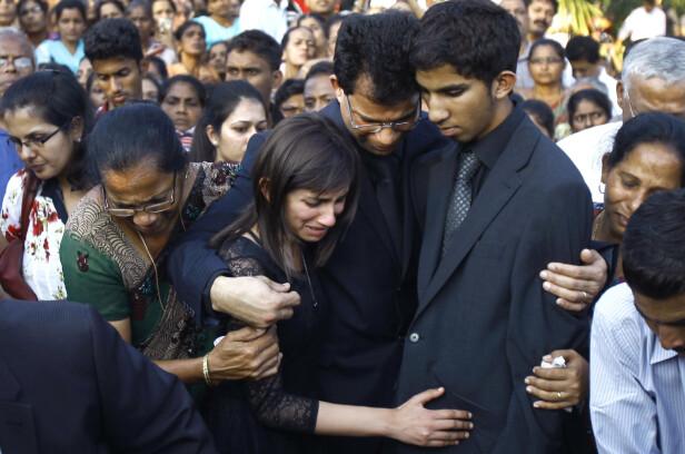 I SORG: Datteren Janice og Junal sammen med deres Benedict Barbosa under begravelsen til Jacintha Saldanha den 17. desember 2012 i Mangalore i India. Foto: NTB Scanpix
