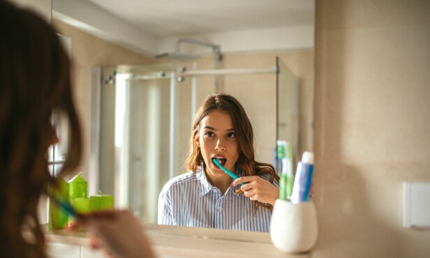 PUSSER DU RIKTIG? Feil tannpuss kan slite på emalje og tannkjøtt og forårsake ising. FOTO: NTB Scanpix