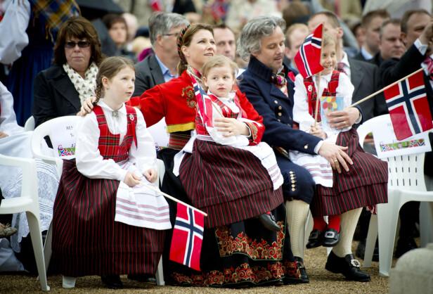 ALT FOR BARNA: Prinsesse Märtha Louise og eksmannen Ari Behn har valgt å samarbeide etter skilsmissen - for barnas skyld. Dette bildet er tatt på 17. mai i London i 2013 da familien bodde der. Foto: NTB Scanpix