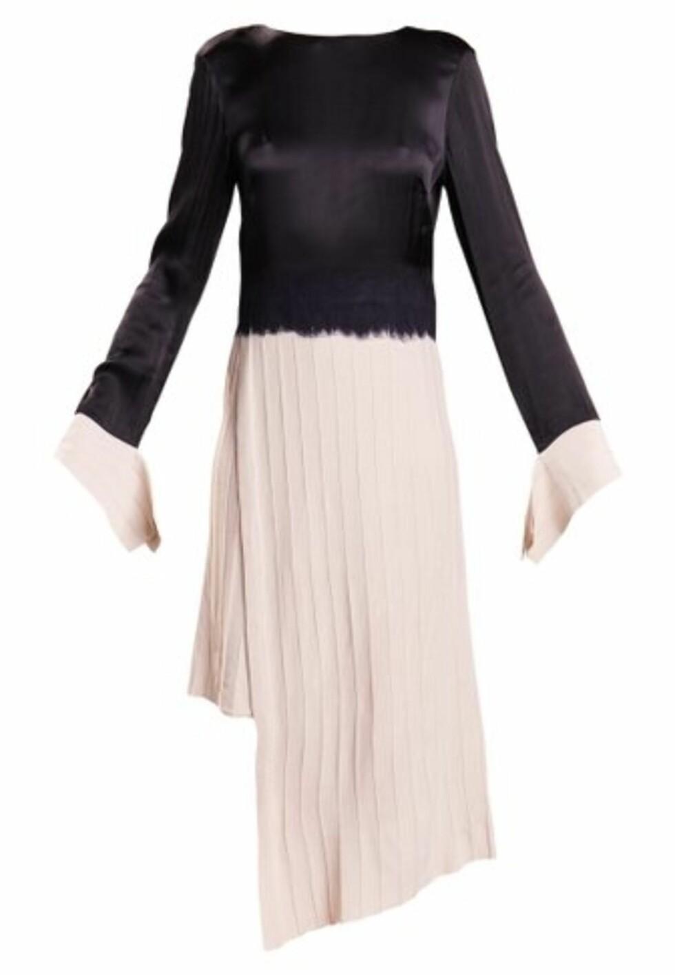 Kjole fra Dagmar via Nelly.com  5499,-  https://nelly.com/no/kl%C3%A6r-til-kvinner/kl%C3%A6r/kjoler/dagmar-576/nia-dress-576616-0984/