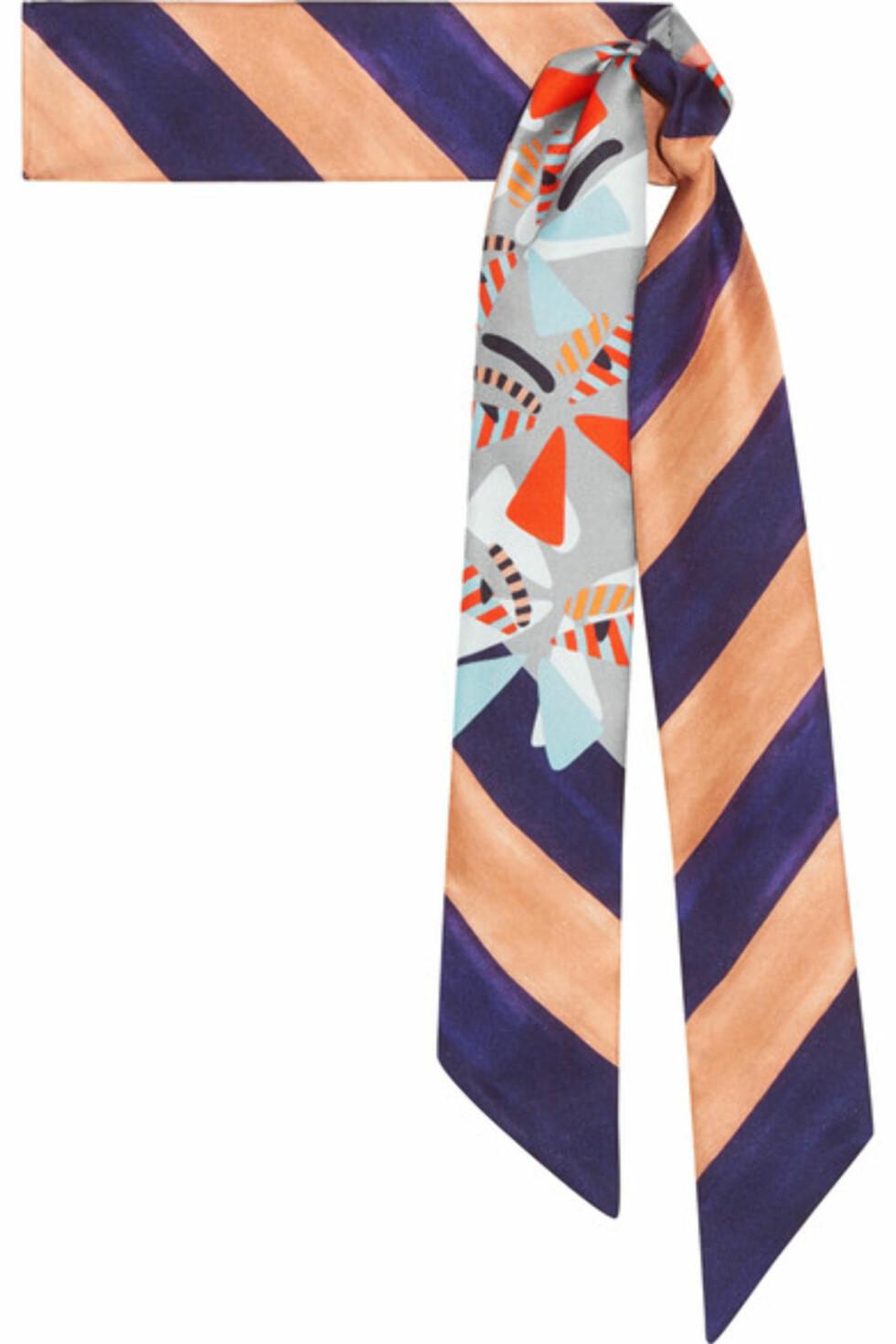 Silkeskjerf fra Fendi via Net-a-porter.com  1500,-  https://www.net-a-porter.com/no/en/product/894340/fendi/printed-silk-twill-scarf