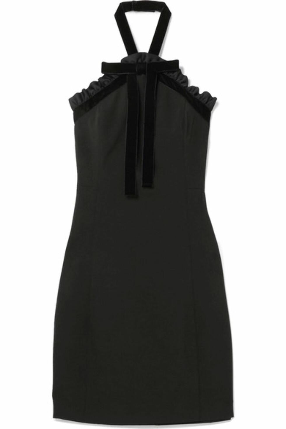 Kjole fra Michael Kors via Net-a-porter.com  2222,-  https://www.net-a-porter.com/no/en/product/958324/michael_michael_kors/ruffled-velvet-trimmed-crepe-halterneck-mini-dress
