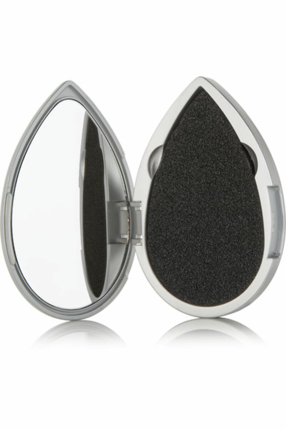 Beautyblender |195,-| https://www.net-a-porter.com/no/en/product/798273/beautyblender/blotterazzi-pro