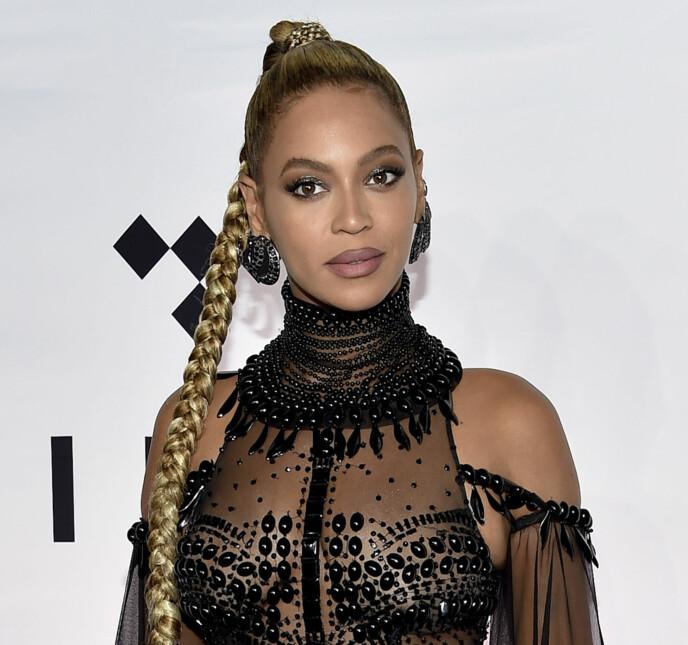 MER EDGY: Dette antrekket skiller seg litt ut fra det vi så over. Vi elsker at Beyonce prøver ut litt forskjellig! Foto: NTB