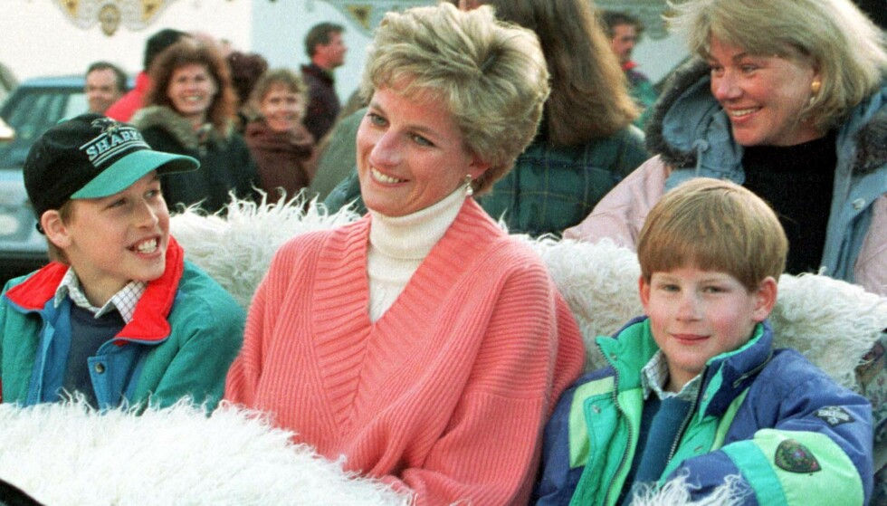 MISTET SIN MOR: I år er det 20 år siden prins Harry (t.h.) og prins William mistet sin mor prinsesse Diana i den tragiske bilulykken i Paris. Dette bildet er fra lykkeligere tider, da Diana tok med seg sønnene på skiferie i Østerrike i 1994. Foto: NTB Scanpix