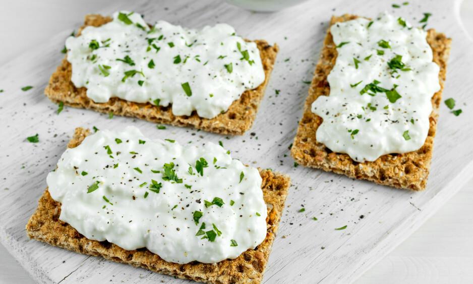 <strong>MELLOMMÅLTID:</strong> Vet du hvorfor et par knekkebrød med cottage cheese er perfekt påfyll mellom for eksempel lunsj og middag? FOTO: NTB Scanpix.