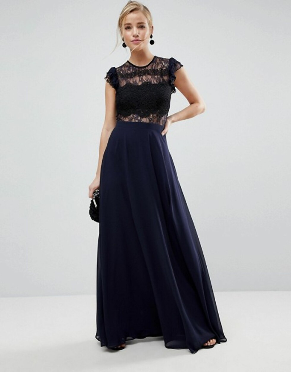 Kjole fra Asos |790,-| http://www.asos.com/asos/asos-lace-maxi-dress-with-lace-frill-sleeve/prd/8806662?clr=navy&SearchQuery=prom%20dress&gridcolumn=3&gridrow=15&gridsize=4&pge=2&pgesize=72&totalstyles=1606