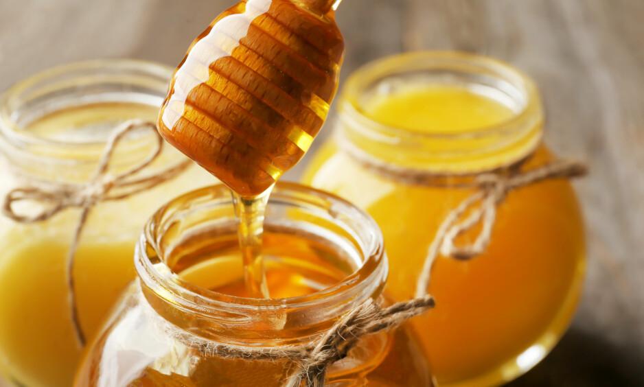 HONNING: Er du en av dem som liker honning i teen? Det gjør ikke noe, men hold det til en teskje! FOTO: NTB Scanpix