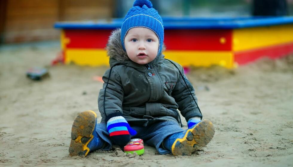 FØRER SJELDENT TIL SYKDOM: Det ser kanskje ikke så delikat ut, men det er sjeldent barna blir syke fordi de har spist sand i barnehagen. FOTO: NTB Scanpix