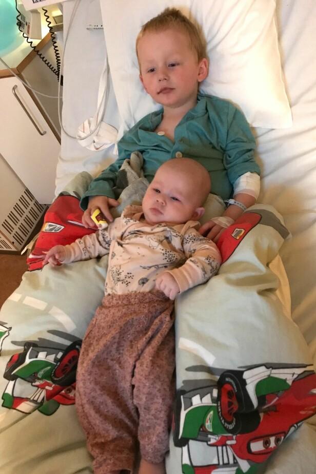 <strong>TRØST FRA LILLESØSTER:</strong> Da Liam André lå på sykehus, fikk han besøk av lillesøster Tomine. FOTO: Privat