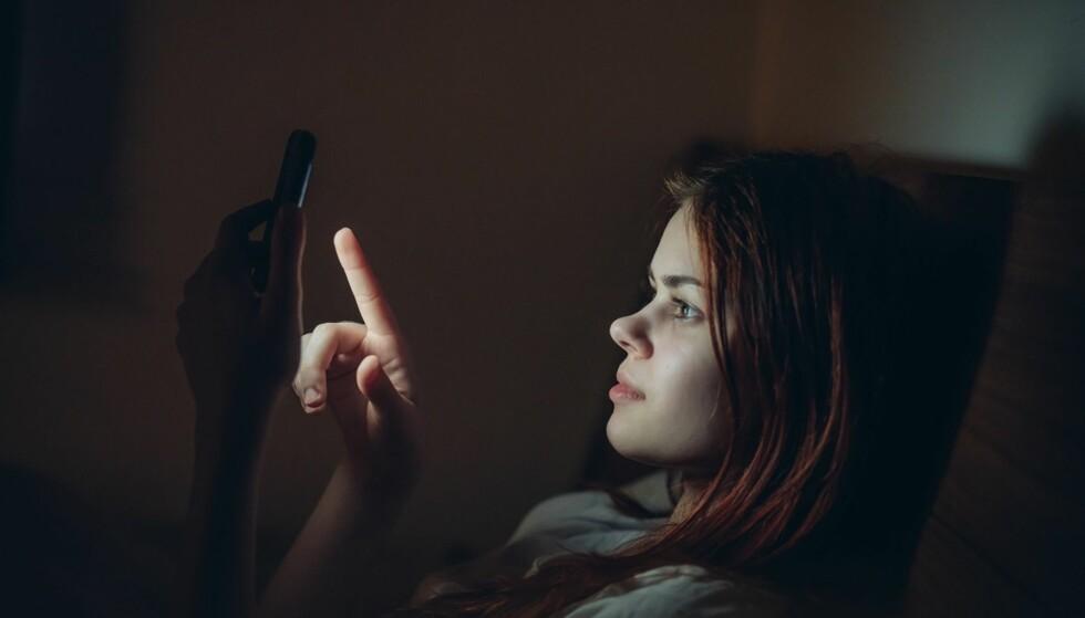 BLÅTT LYS: Unngå sterkt lys fra mobil og data, det kan nemlig gjøre det vanskeligere å sovne om kvelden. Foto: Scanpix.