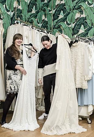 PÅ JAKT: Hovedsakelig finner Hedwig (til høyre) kjolene i USA og England der de har hatt brudeindustri siden 40-tallet. Foto: Astrid Waller