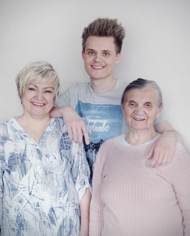 FAMILIE: Ann-Mary, moren Berit Anne og Arnar er en sammensveiset gjeng som støtter hverandre. FOTO: Yvonne Wilhelmsen