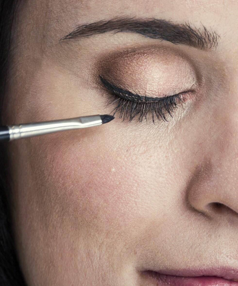 2. Tegn opp linjen med en vinklet eyelinerpensel. Lag en liten vinge i ytterkant av øyet.