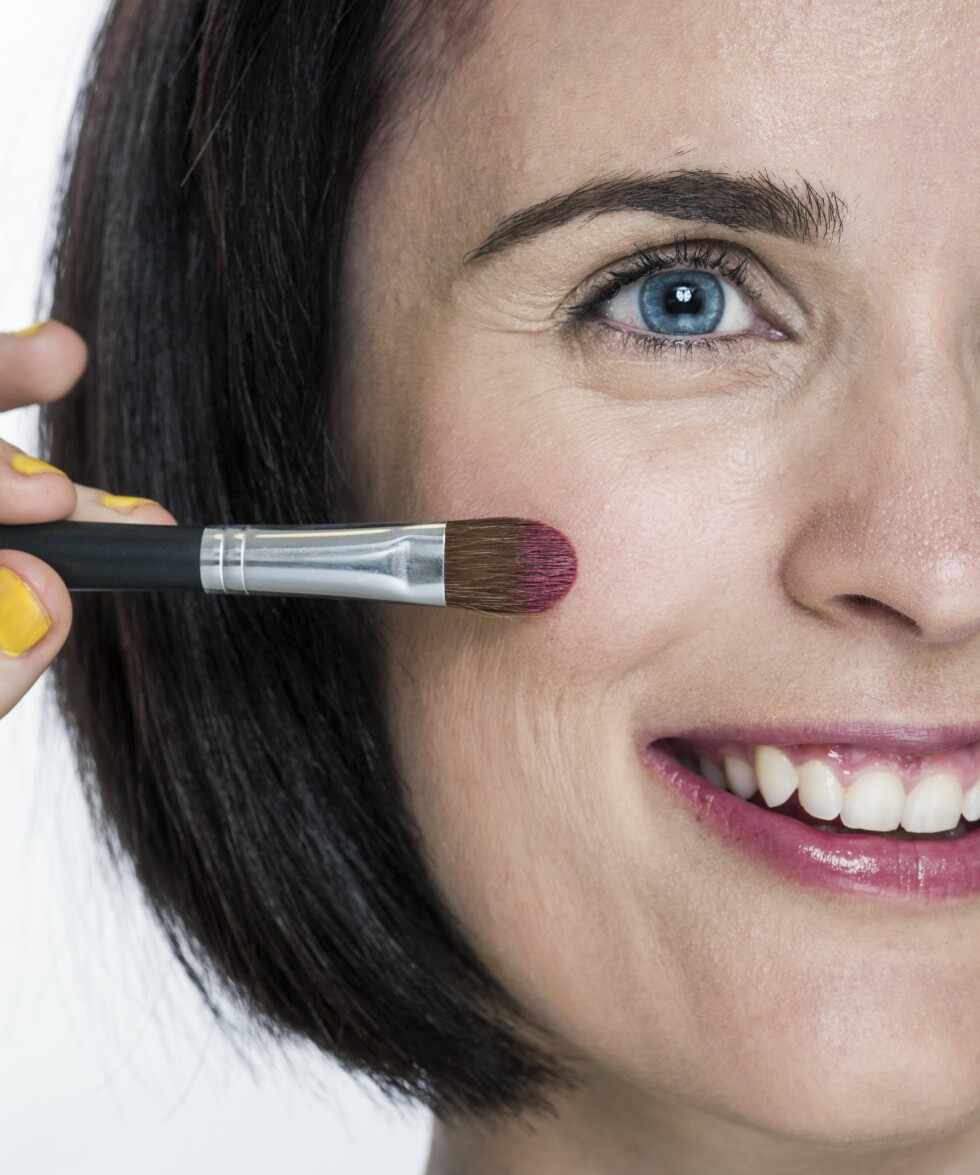 1. Bruk en pensel eller fingrene til å påføre kremrouge på eplekinnene for en frisk glød.