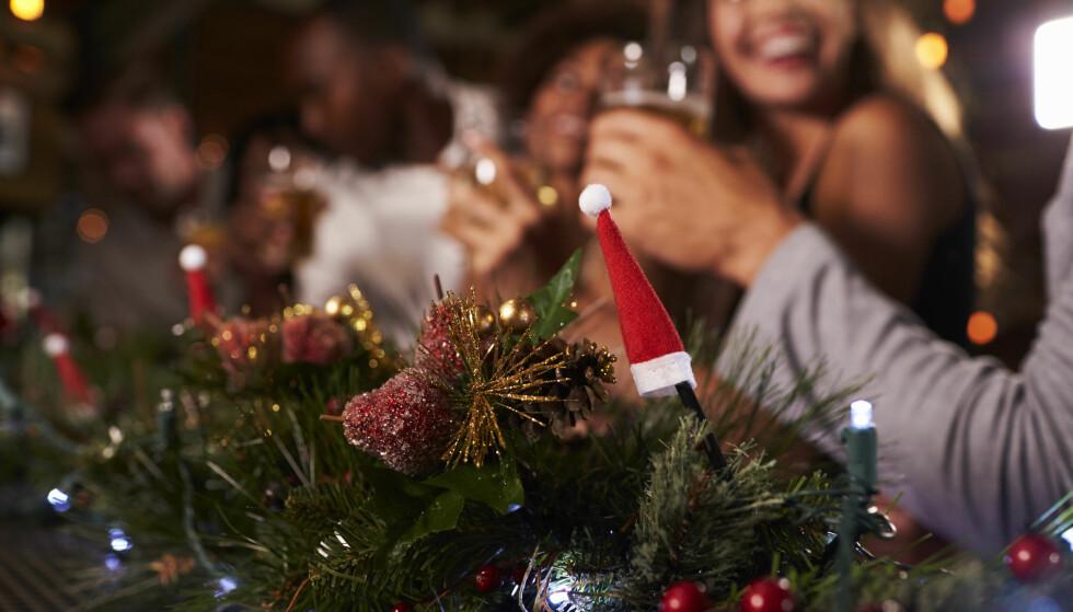 DRIKKEPRESS: Ved mange sosiale arrangementer er det lagt opp til at man skal drikke alkohol, og for mange kan det bli vanskelig å si nei. FOTO: NTB Scanpix